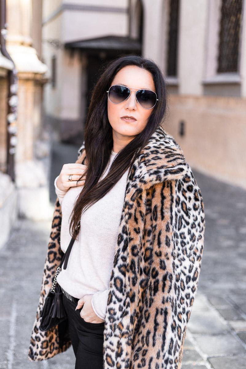 Leo Mantel mit Statement Moschino Gürtel: Fashion Bloggerin Miss Classy aus Graz trägt einen Leo Mantel einem Statement Moschino Gürtel, eine skinny Jeans und Nieten Boots. Die Handtasche ist von Michael Kors