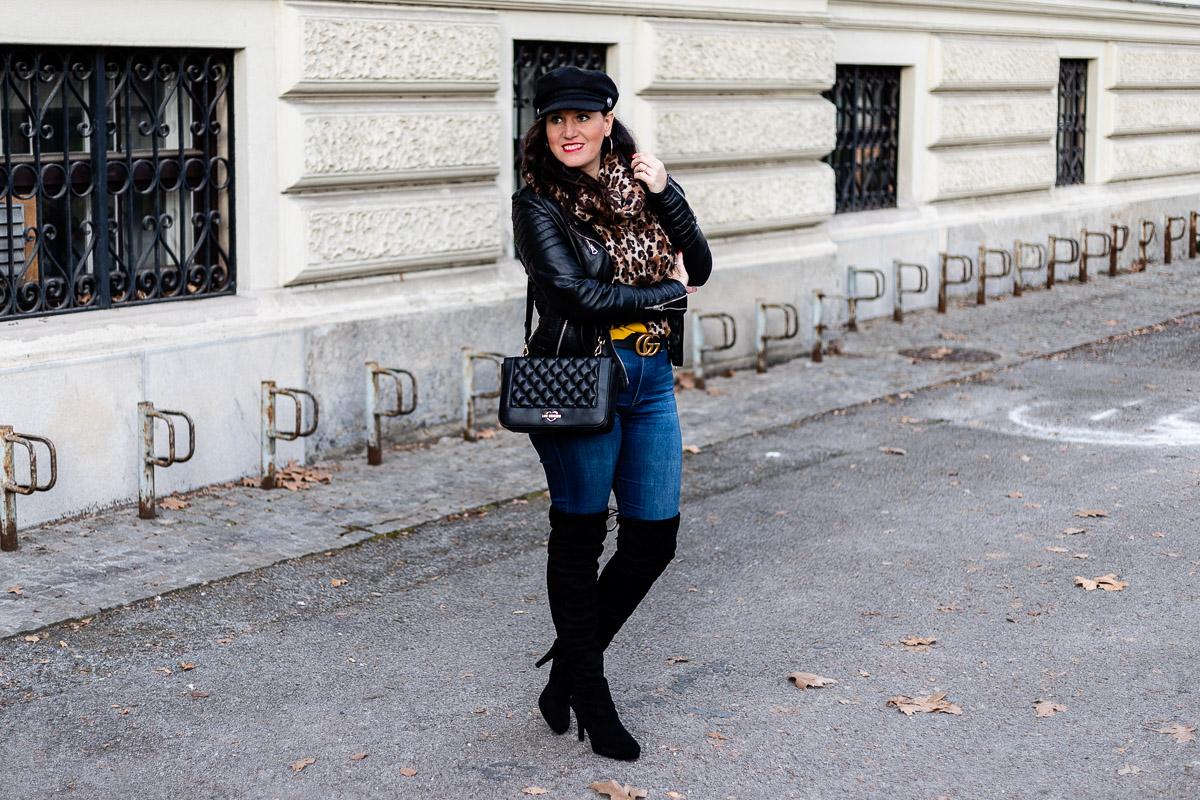 Streetstyle Outfit mit Lederjacke, Leo Schal, Gucci Gürtel und Overknee Stiefel