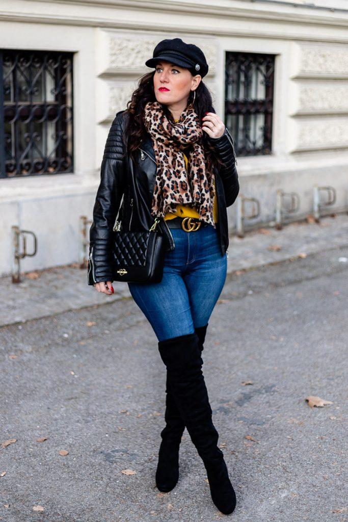 Streetstyle Outfit mit Leo Schal, Lederjacke, Gucci Doppel G Gürtel und Overknee Stiefel // Outfit mit Lederjacke, Overknee Boots kombinieren Alltag, Moschino Handtasche, Modeblogger, Styling Inspiration, www.miss-classy.com #lederjacke #streetstylelook #mode #fashionblogger #modetrends #overknees