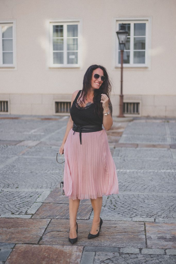Rosa mitellanger Plisseerock, schwarzes Lace-Top und High Heels // Sommer-Trend, Plissee, Modeblog, www.miss-classy.com #plisseerock #sommeroutfit #mode #fashionblogger #modetrends