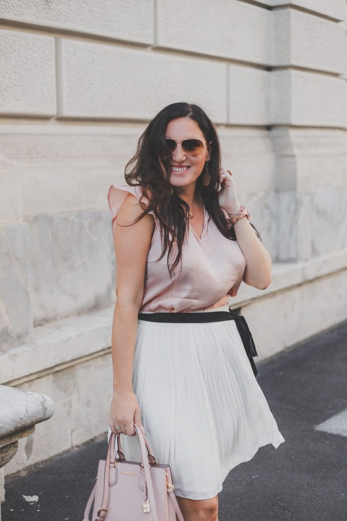 Sommer-Outfit mit weissem Plisseerock, rosa Bluse und High Heels // Sommer-Trend, Plissee, Modeblog, www.miss-classy.com #plisseerock #sommeroutfit #mode #fashionblogger #modetrends