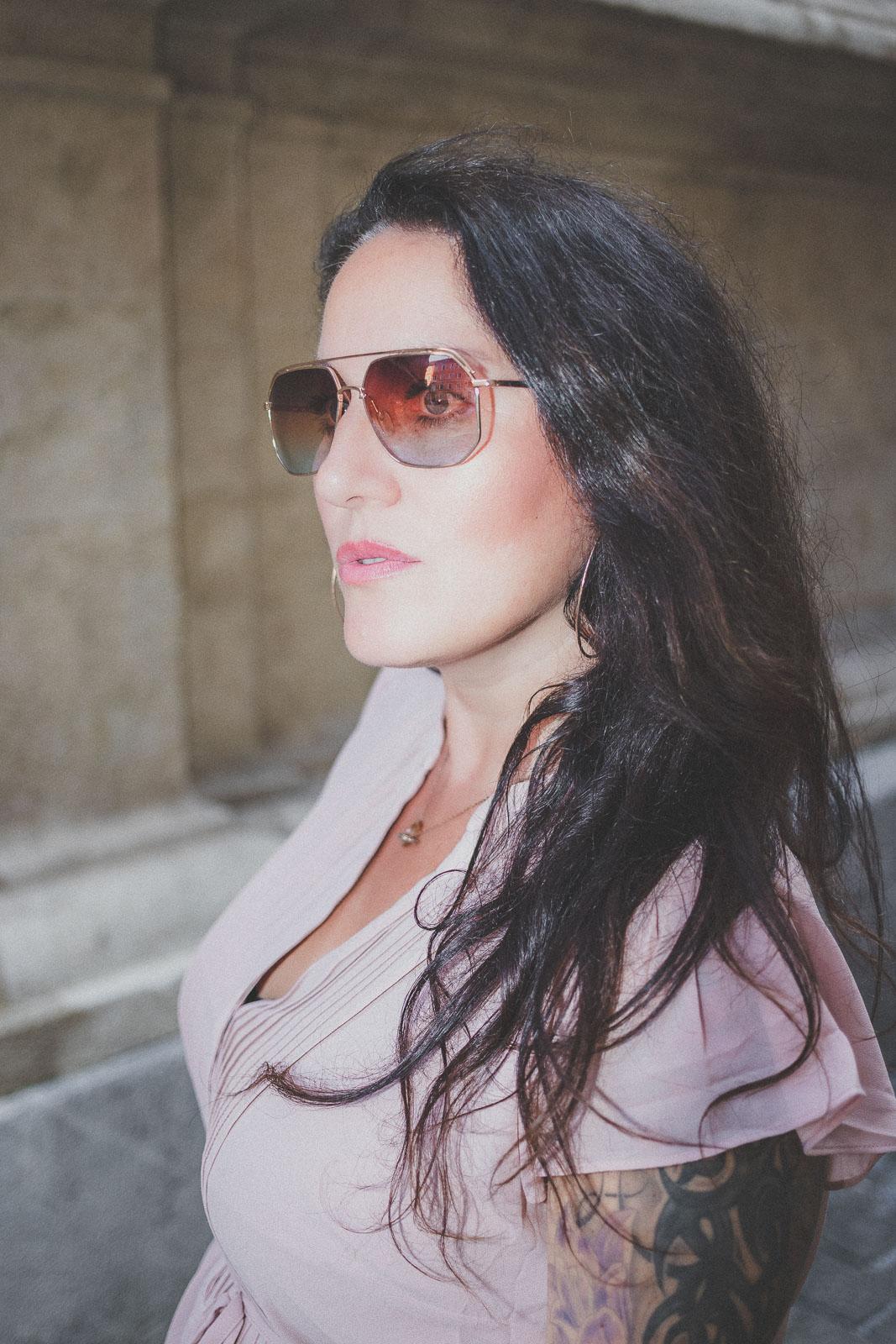Zartrosa Kleid von H&M und Wedges und Handtasche von Michael Kors, Sommerkleid, Sonnenbrille von neubau Eyewear // Sommer-Trend, Modeblog, www.miss-classy.com #sommerkleid #sommeroutfit #mode #fashionblogger #modetrends