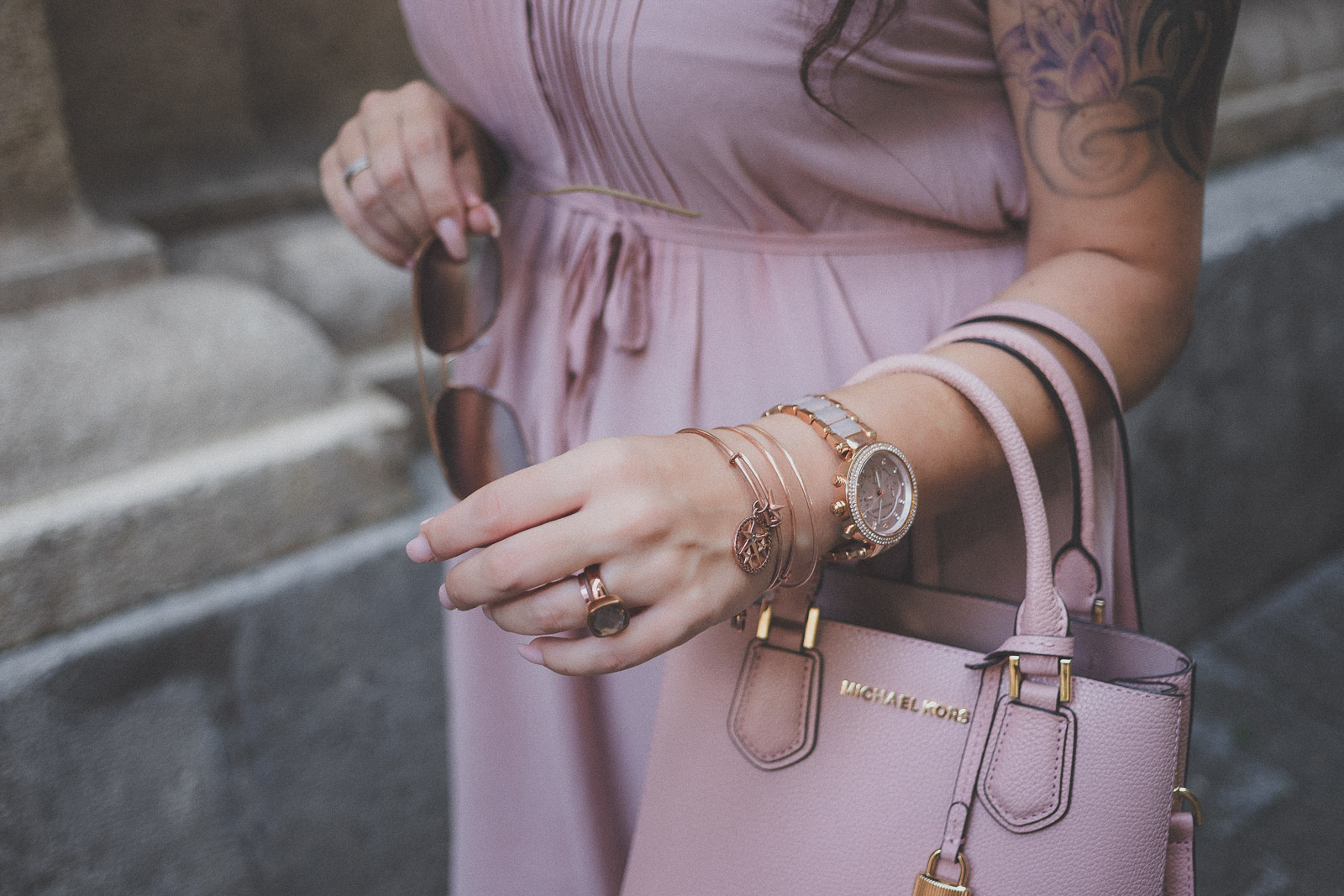 Zartrosa Kleid und Wedges