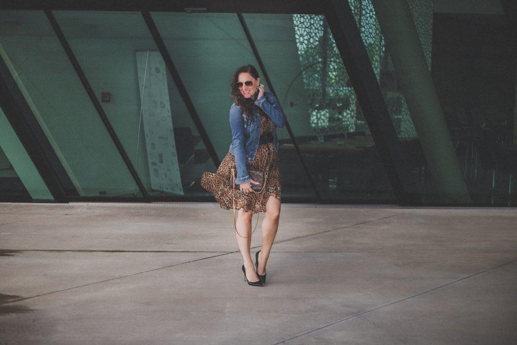 Trendteil Jeansjacke – der zeitlose Modeklassiker kombiniert zu einem Leoprint Kleid