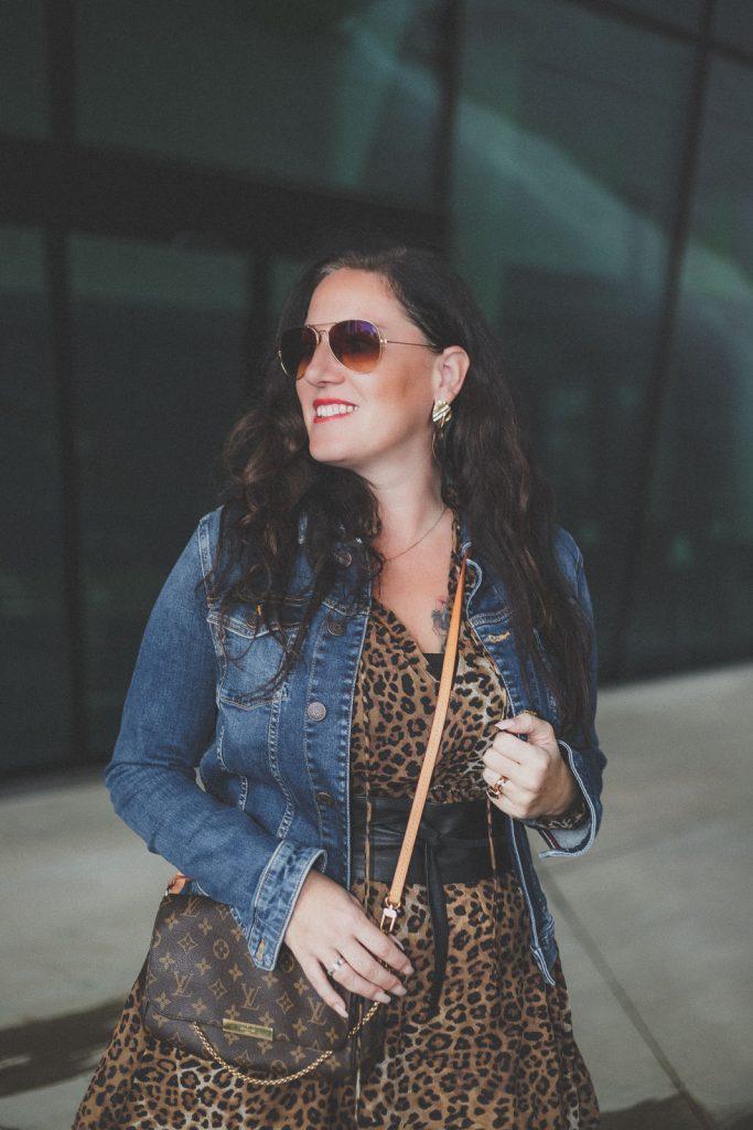 Trendteil Jeansjacke - der zeitlose Modeklassiker kombiniert zu einem Leoprint Kleid, Jeansjacke, Sonnenbrille // Herbstoutfit, Modeblog, www.miss-classy.com #leoprintkleid #jeansjacke #mode #fashionblogger #modetrends