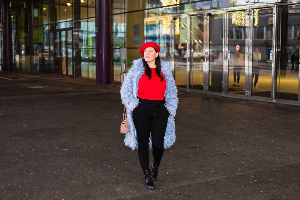 Blauer Teddycoat von NA-KD, rote Bluse, schwarze Paperbag-Hose, Baskenmütze und Gucci Marmont