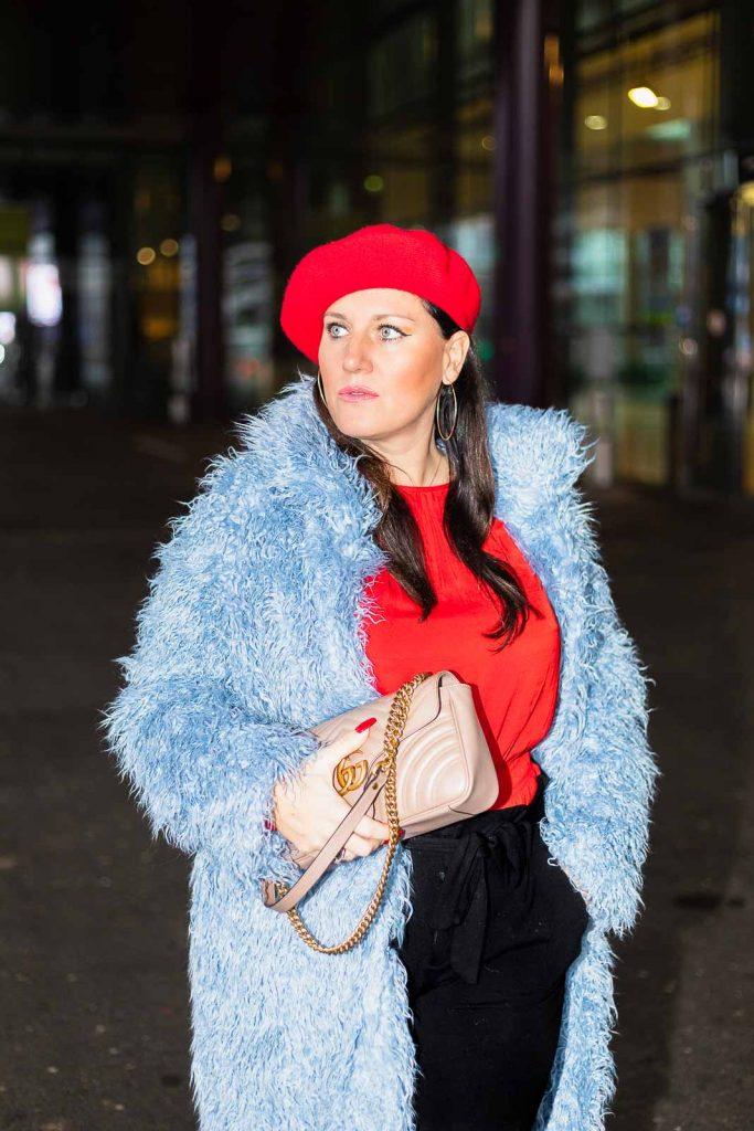 Blauer Teddy Coat von NA-KD Fashion, rote Bluse von H&M, schwarze Paperbag-Hose, rote Baskenmütze und Gucci Marmont Handtasche - kuschelige Teddyfell Jacke für den Winter, Teddyfell Jacke, Teddyfell Mantel // Fashion Blogger, Modeblog, Miss Classy, Graz, www.miss-classy.com #teddyfell #teddycoat #gucci #streetstyle #fashionblogger #modetrends #missclassy