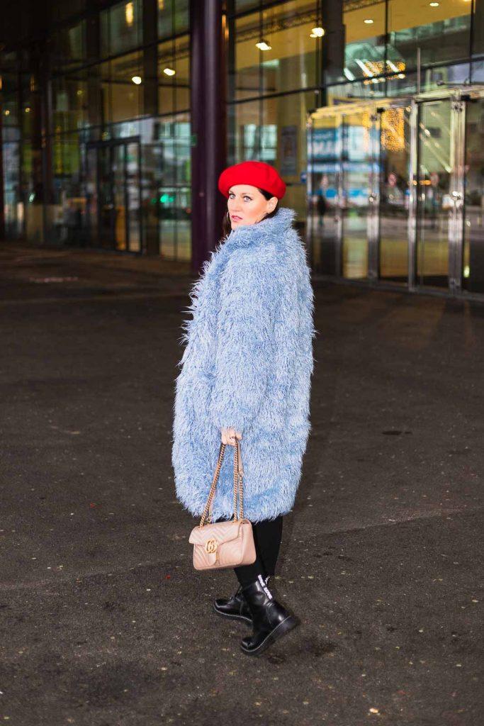 Blauer Teddycoat von NA-KD Fashion, rote Bluse von H&M, schwarze Paperbag-Hose, rote Baskenmütze und Gucci Marmont Handtasche - kuschelige Teddyfell Jacke für den Winter, Teddyfell Jacke, Teddyfell Mantel // Fashion Blogger, Modeblog, Miss Classy, Graz, www.miss-classy.com #teddyfell #teddycoat #gucci #streetstyle #fashionblogger #modetrends #missclassy