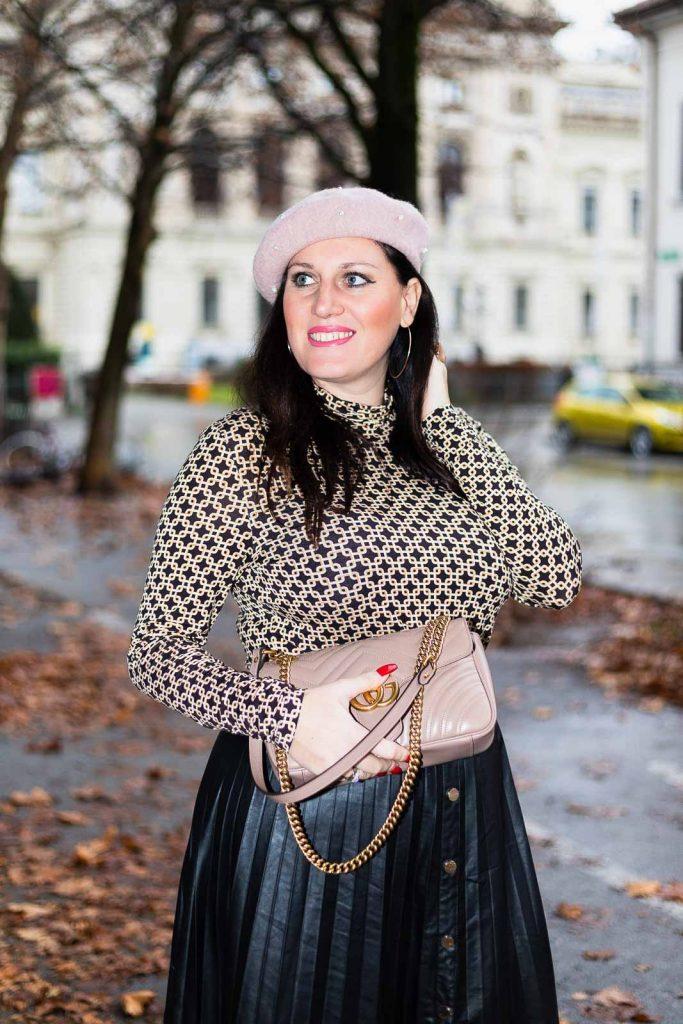 Outfit mit Plissee Lederrock, Richard Allan x H&M Top, Gucci Marmont und rosa Baskenmütze