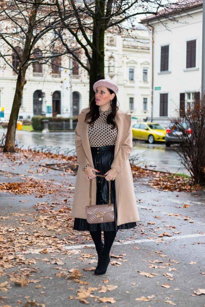 Outfit mit Plissee Lederrock, Camel Coat, Richard Allan x H&M Top, Gucci Marmont, rosa Baskenmütze und schwarzen Ankle Boots