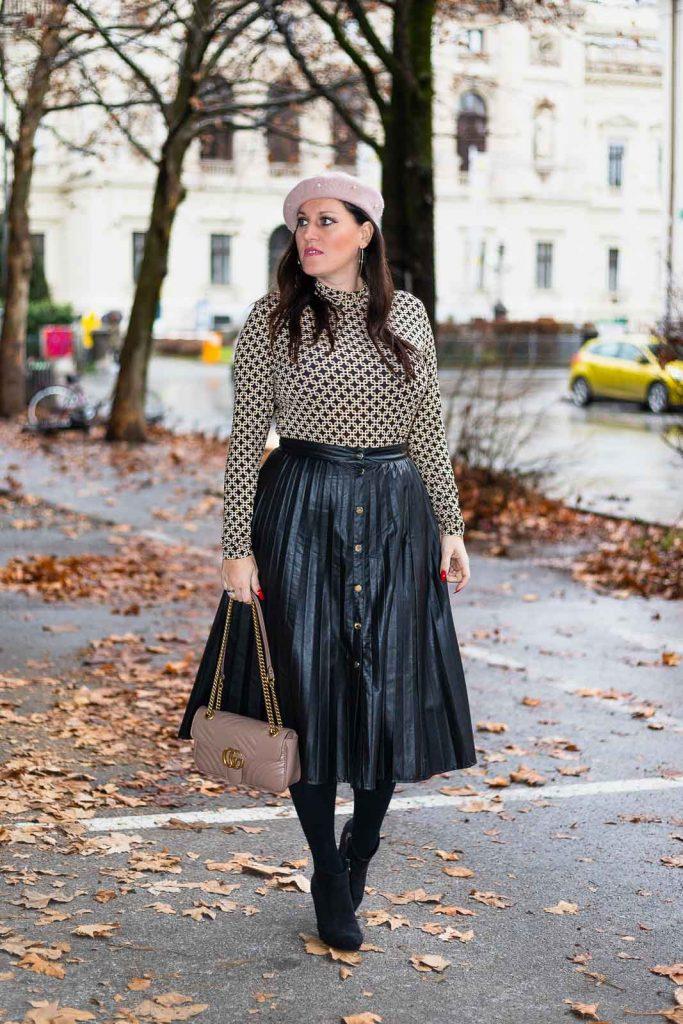 Outfit mit Plissee Lederrock, Richard Allan x H&M Top, Gucci Marmont, rosa Baskenmütze und schwarzen Ankle Boots