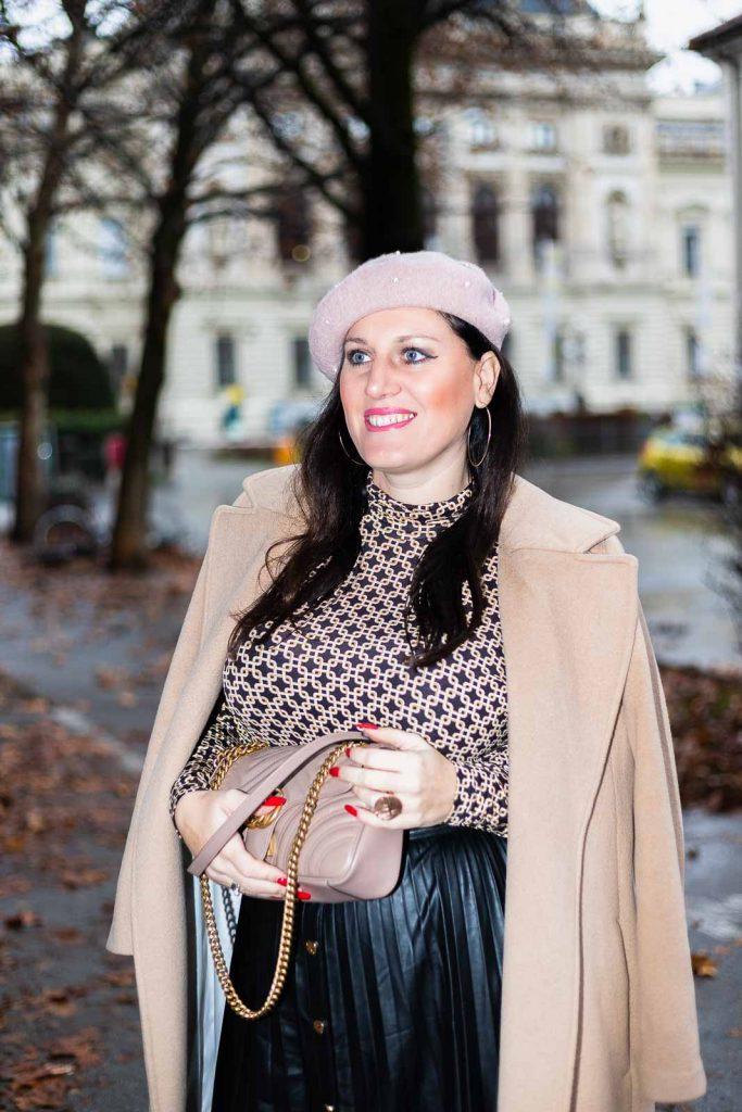 Outfit mit Plissee Lederrock, Camel Coat, Richard Allan x H&M Top, Gucci Marmont und rosa Baskenmütze