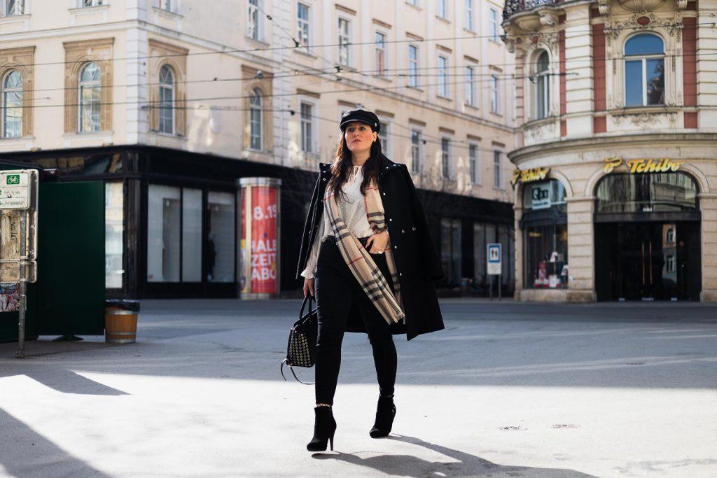 Outfit mit schwarzem Wollmantel von Hugo, Burberry Schal, Moschino Gürtel und Selma Bag von Michael Kors