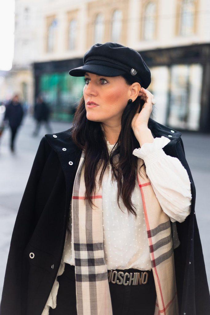 Outfit mit schwarzem Wollmantel von Hugo Boss, Burberry Schal, Moschino Gürtel und Selma Bag von Michael Kors, Fashionbloggerin Miss Classy aus Graz