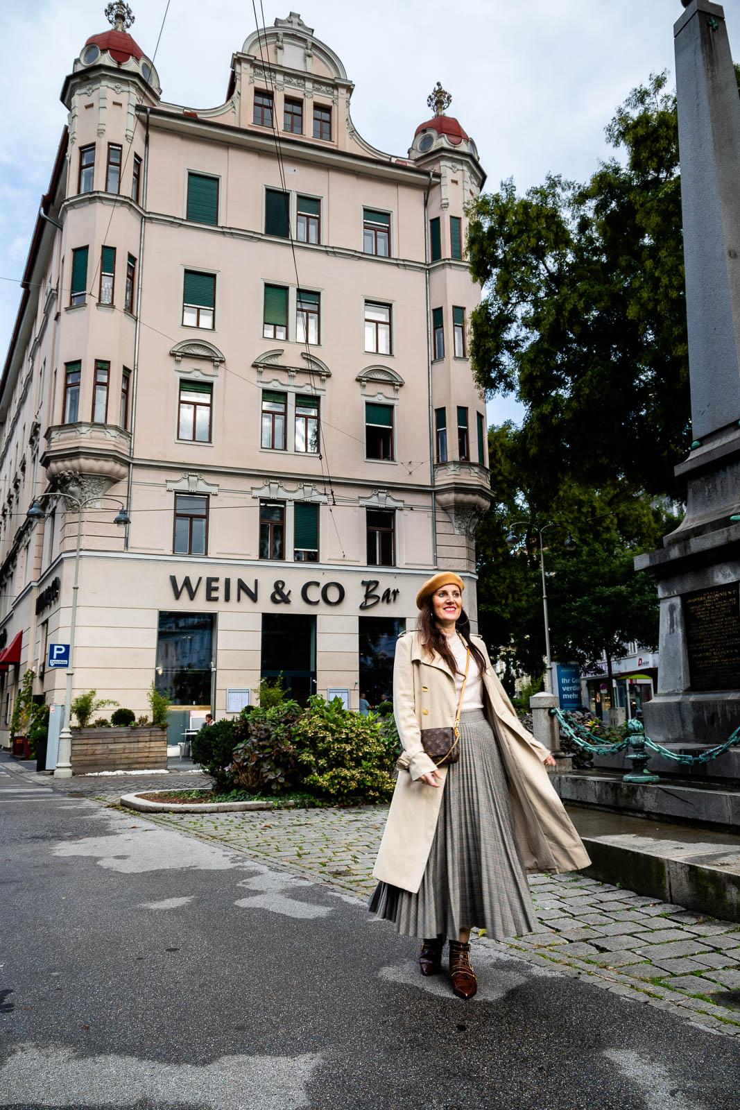 Miss Classy vor der Wein & Co Bar Graz
